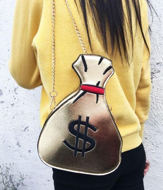 Bolsa imitando saco de dinheiro.