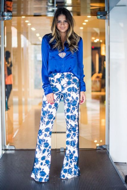 look com calça floral azul